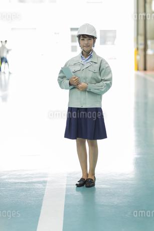 工場で働く作業服の女性の写真素材 [FYI01623650]