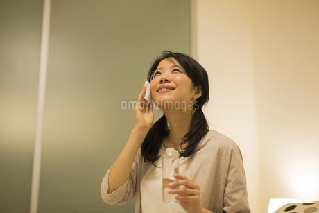 スキンケアをする女性の写真素材 [FYI01623653]