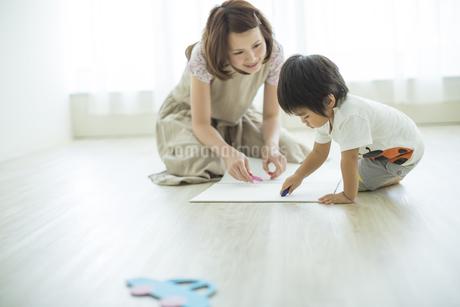 お絵描きをする親子の写真素材 [FYI01623659]