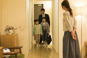 帰宅した父親を迎える家族の写真素材 [FYI01623662]