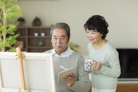 絵画をして楽しむシニア夫婦の写真素材 [FYI01623674]