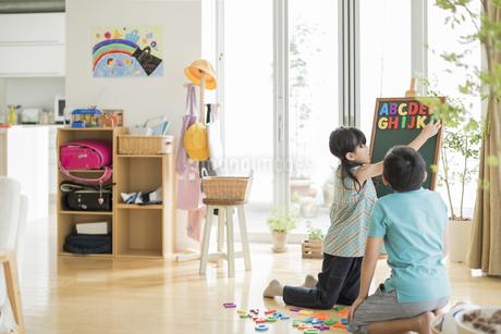 アルファベットで遊ぶ兄と妹の写真素材 [FYI01623680]