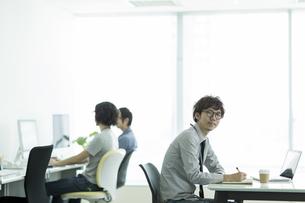 オフィスで働くビジネスマンの写真素材 [FYI01623685]