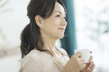 コーヒーカップを持つ女性の写真素材 [FYI01623686]