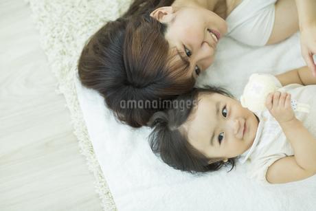 母親と横になる赤ちゃんの写真素材 [FYI01623687]