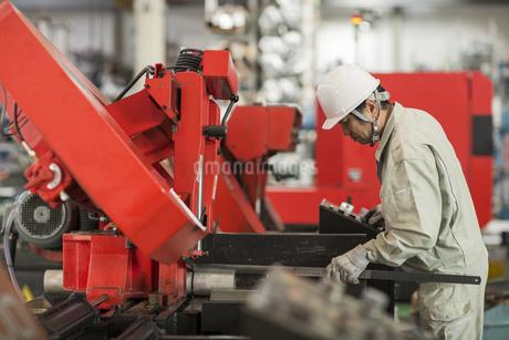 機械を操作する作業服の男性の写真素材 [FYI01623689]
