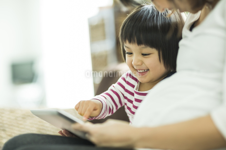 タブレットPCで遊ぶ親子の写真素材 [FYI01623701]