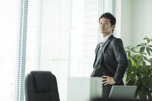 窓辺に立つビジネスマンの写真素材 [FYI01623703]