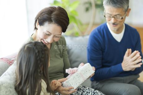 孫からプレゼントを貰うシニア女性の写真素材 [FYI01623708]
