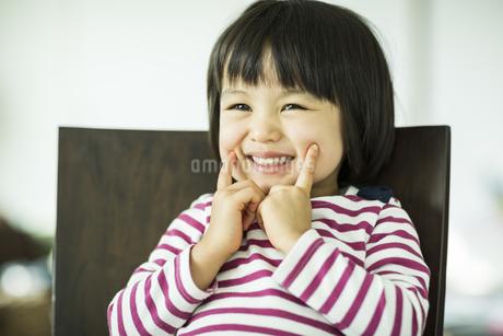 笑顔の女の子の写真素材 [FYI01623713]