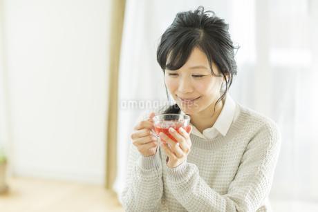お茶を飲む若い女性の写真素材 [FYI01623751]