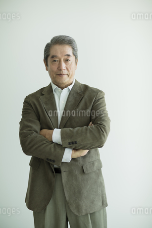 腕組みをするシニア男性の写真素材 [FYI01623762]