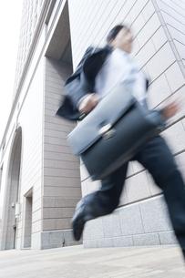 走るビジネスマンの写真素材 [FYI01623770]