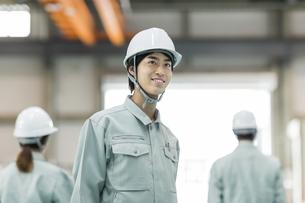 笑顔の男性作業員の写真素材 [FYI01623771]