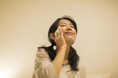 スキンケアをする女性の写真素材 [FYI01623777]