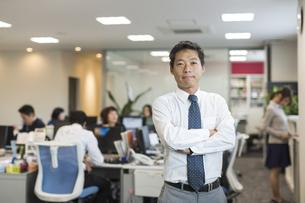 オフィスで働くビジネスマンのポートレートの写真素材 [FYI01623778]