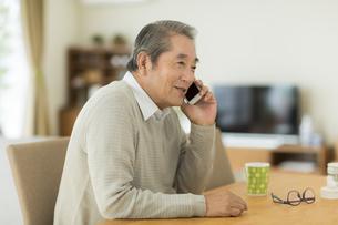 携帯電話で話すシニア男性の写真素材 [FYI01623779]