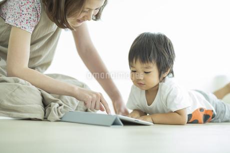 タブレットPCで遊ぶ親子の写真素材 [FYI01623786]