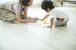 お絵描きをする親子の写真素材 [FYI01623789]