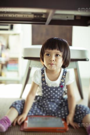 タブレットPCと女の子の写真素材 [FYI01623799]