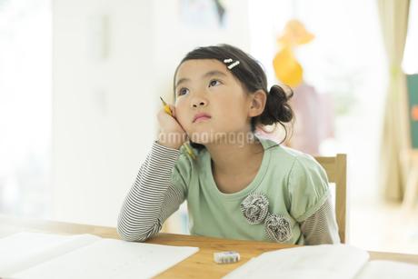 テーブルで勉強をする女の子の写真素材 [FYI01623800]