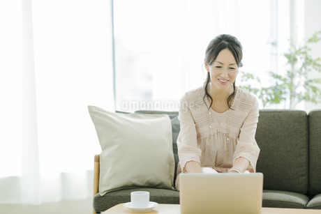 ノートパソコンをするシニア女性の写真素材 [FYI01623808]