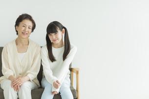 ソファーに座る祖母と孫の写真素材 [FYI01623814]