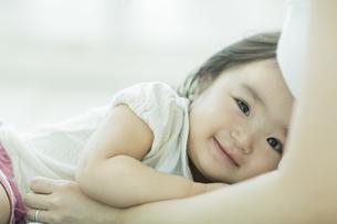 母親に抱きつく赤ちゃんの写真素材 [FYI01623818]