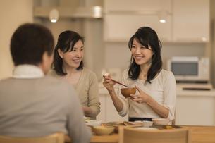食事をする三人家族の写真素材 [FYI01623824]