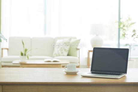 テーブルに置かれたノートパソコンの写真素材 [FYI01623828]
