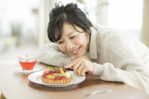 ケーキに触れる女性の写真素材 [FYI01623830]