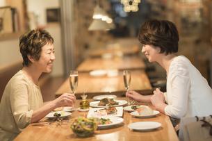 レストランで食事をする母娘の写真素材 [FYI01623847]