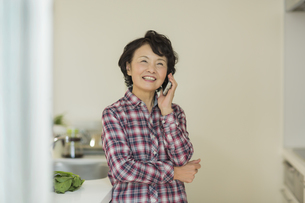 電話をするシニア女性の写真素材 [FYI01623848]