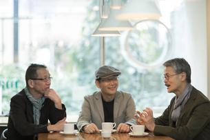 カフェで会話をするシニア男性の写真素材 [FYI01623850]