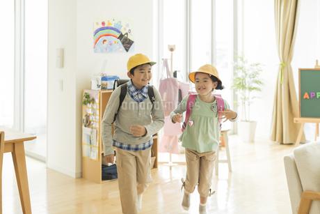 登校をする兄と妹の写真素材 [FYI01623852]