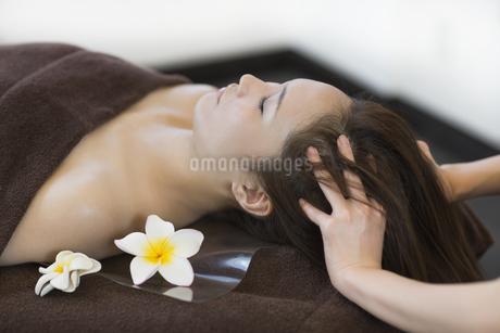 ヘッドマッサージを受ける若い女性の写真素材 [FYI01623861]