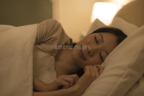 ベットで眠る女性の写真素材 [FYI01623873]