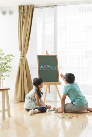 アルファベットで遊ぶ兄と妹の写真素材 [FYI01623879]