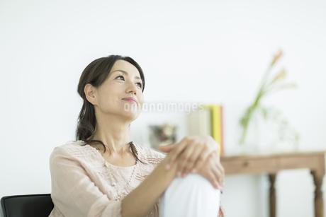 考える40代女性の写真素材 [FYI01623894]