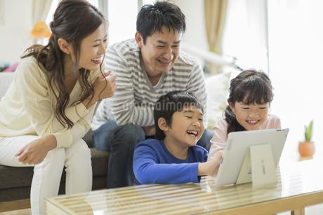 タブレットPCを楽しむ家族の写真素材 [FYI01623896]