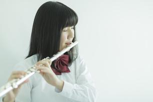 フルートを吹く女子校生の写真素材 [FYI01623911]