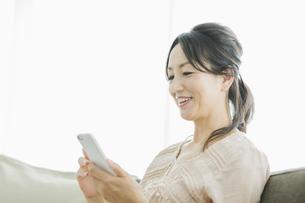 スマートフォンを操作する女性の写真素材 [FYI01623913]