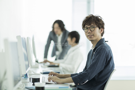 オフィスで働くビジネスマンの写真素材 [FYI01623926]