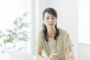 会話をするビジネスウーマンの写真素材 [FYI01623927]