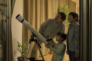 天体観測をする父親と子供たちの写真素材 [FYI01623928]