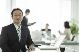 オフィスデスクに座るビジネスマンの写真素材 [FYI01623929]