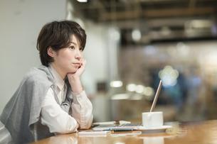 カフェで考え事をするビジネスウーマンの写真素材 [FYI01623935]