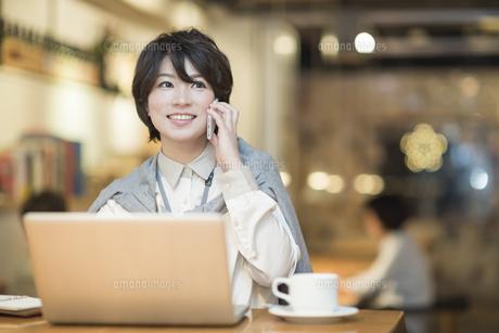 カフェで仕事をするビジネスウーマンの写真素材 [FYI01623937]