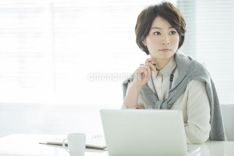 デスクに座るビジネスウーマンの写真素材 [FYI01623939]