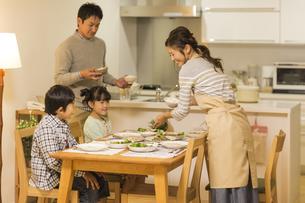 夕食の準備をする家族の写真素材 [FYI01623947]